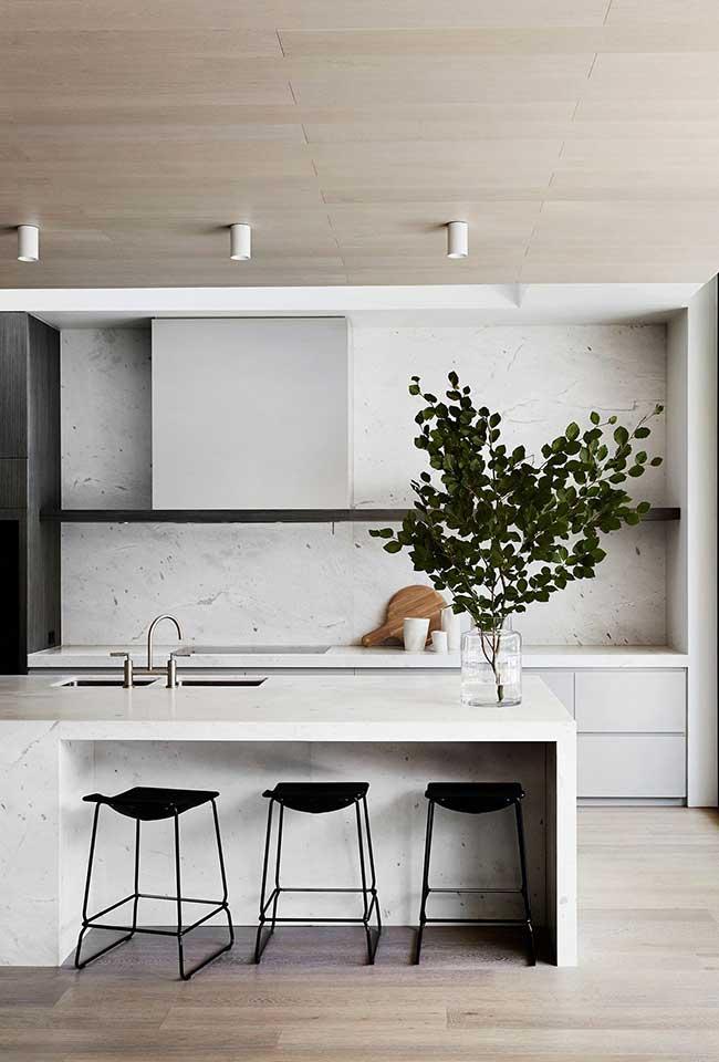 Nessa cozinha minimalista, a ilha leva apenas a cuba