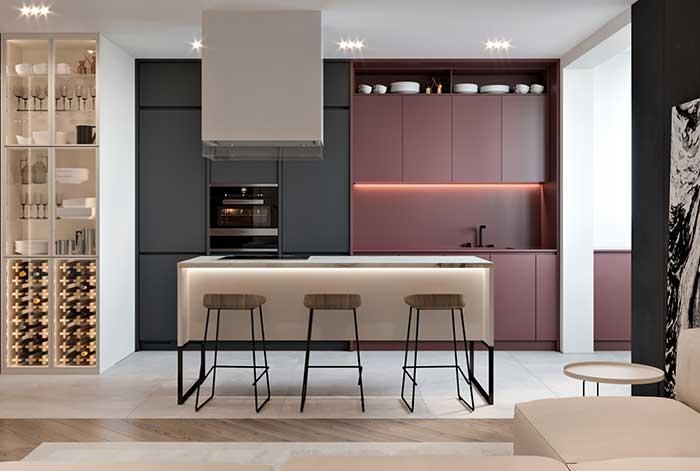 A ilha ficou com o tom mais claro nessa cozinha decorada com bloco de cores