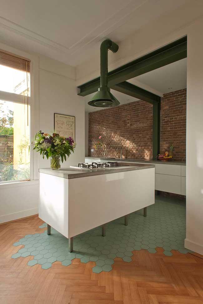 Ilha de cozinha com bancada de cimento queimado e uma coifa inusitada