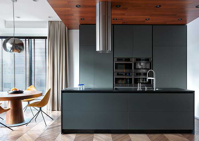 Elementos discretos e de design moderno marcam essa ilha de cozinha