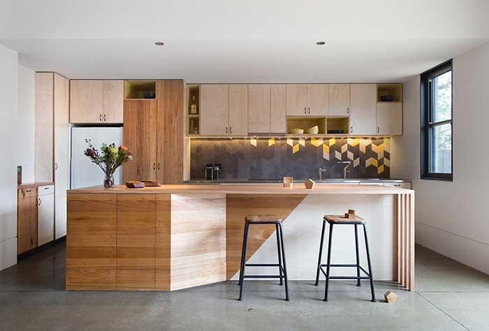 Ilha de cozinha de madeira com bancada e design diferenciado