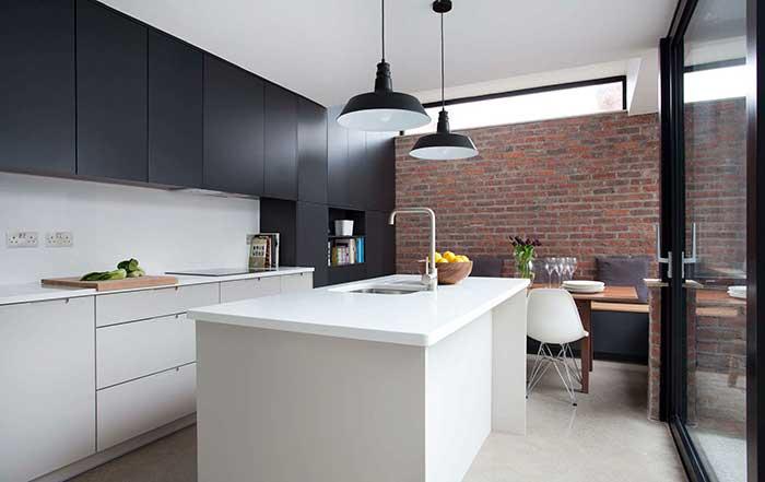 essa cozinha, a ilha segue a cor dos armários inferiores criando uma unidade visual no conjunto