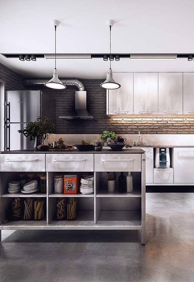 Cozinha com ilha: para quem prefere algo no estilo industrial, essa ilha em aço inox é perfeita