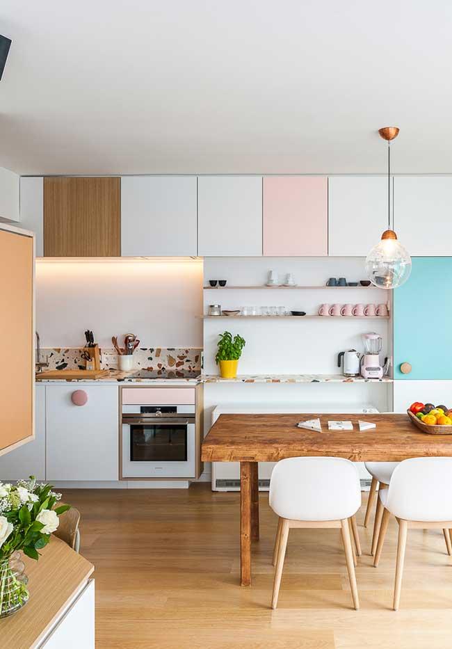 Mas para quem tem áreas mais abertas para a cozinha, uma opção simples e alinhada às tendências contemporâneas