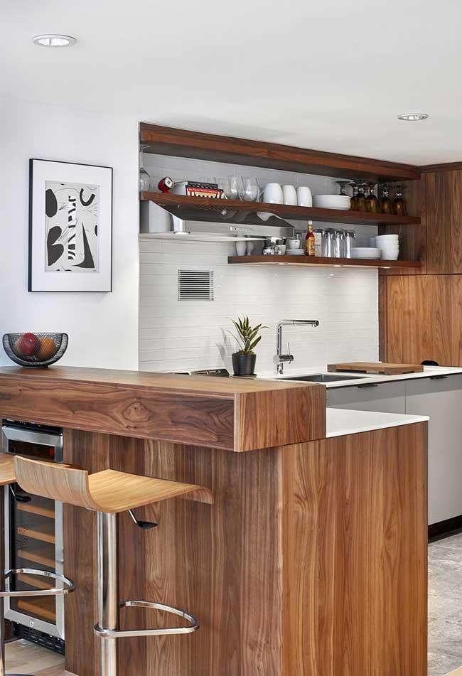 A madeira ou o acabamento que imita os veios da madeira voltaram com tudo para os ambientes de cozinhas, sem voltar a um estilo rústico