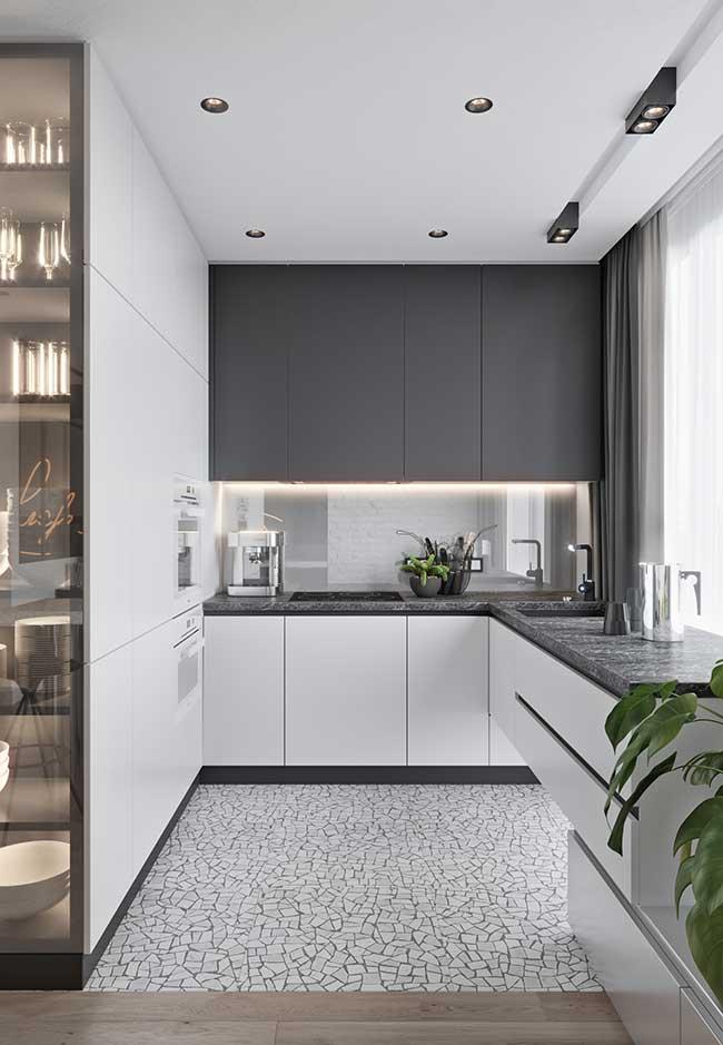 A parede-falta feita só por armários é uma ótima pedida para deixar o ambiente mais limpo e ter tudo encaixado no lugar certo na cozinha moderna