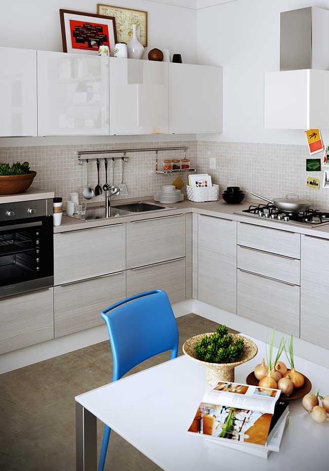 Outra ideia para uma cozinha moderna e personalizada ao seu estilo é o uso de quadros e objetos de decoração nas paredes ou na parte de cima dos armários