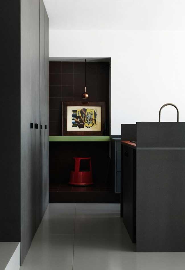O preto fosco é outra tendência que não sai dos catálogos contemporâneos da decoração moderna de cozinhas