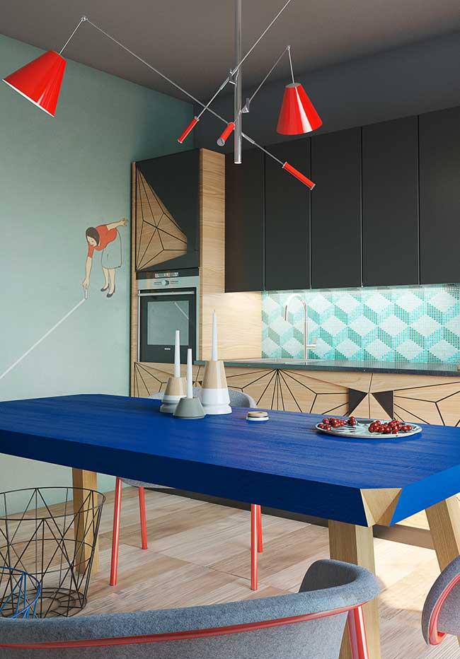 E numa onda mais inovadora, os designers estão trazendo cores e desenhos mais ousados também para dentro das suas cozinhas