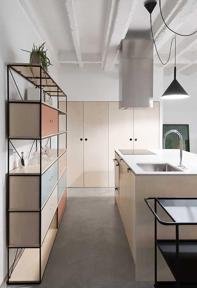 Pense também em móveis diferentes que podem ser introduzidos na sua cozinha, como versões contemporâneas de cristaleiras e bares