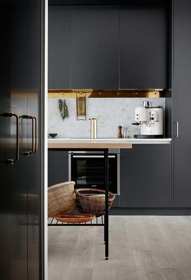 Preto também no acabamento dos armários planejados: contraste com o branco e o dourado para facilitar a entrada de luz no ambiente