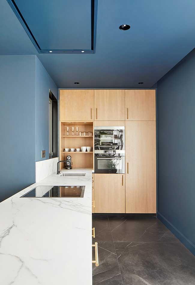 Um toque de azul nesta cozinha moderna: para quem quer adicionar cor sem afetar a neutralidade dos móveis da cozinha, que tal uma pintura mais ousada?