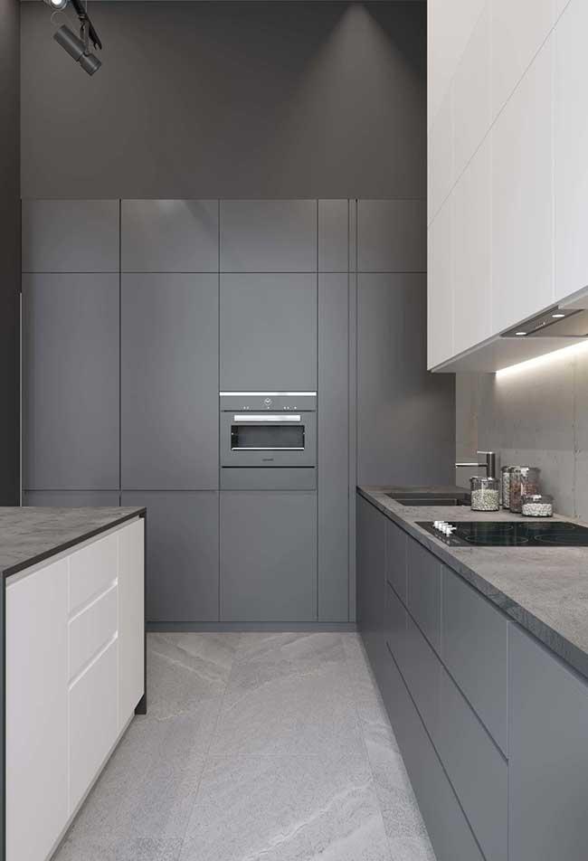 Outra ideia de cozinha em cinza: outra forma de trabalhar com esta cor é escolher um tom claro e um tom escuro para compor o ambiente
