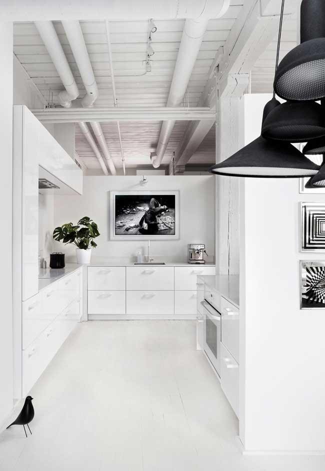 Uma ideia para os projetos de cozinhas que parecem muito frios e sem vida são os quadros e os vasos de plantas naturais
