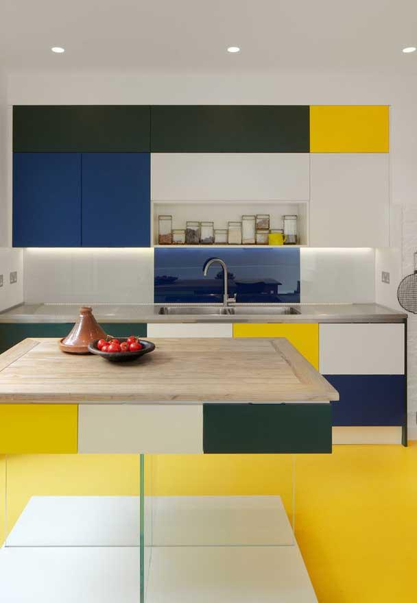 Como já falamos, hoje existe uma cartela imensa de cores que você pode escolher para os seus armários, inclusive para criar combinações mais divertidas!