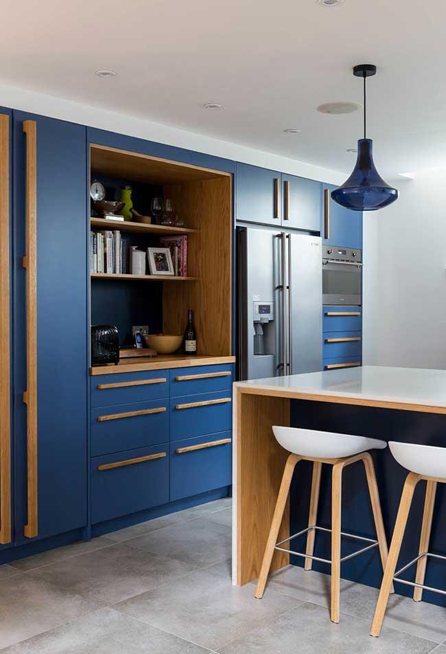 cozinha moderna planejada em uma combinação de azul royal e madeira