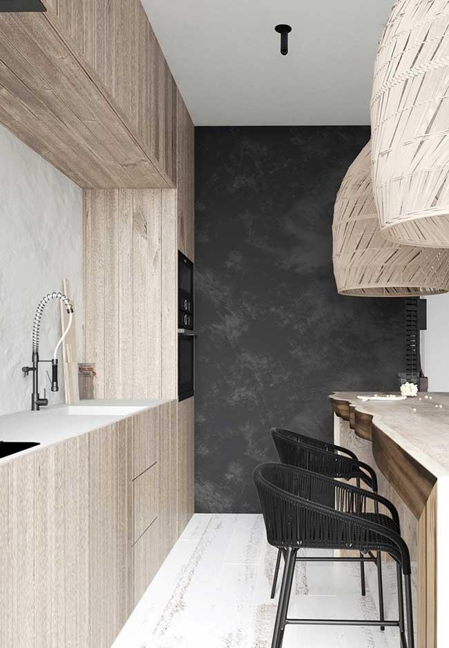 Os armários planejados que imitam madeira também fazem uma ótima composição em cozinhas preto e brancas