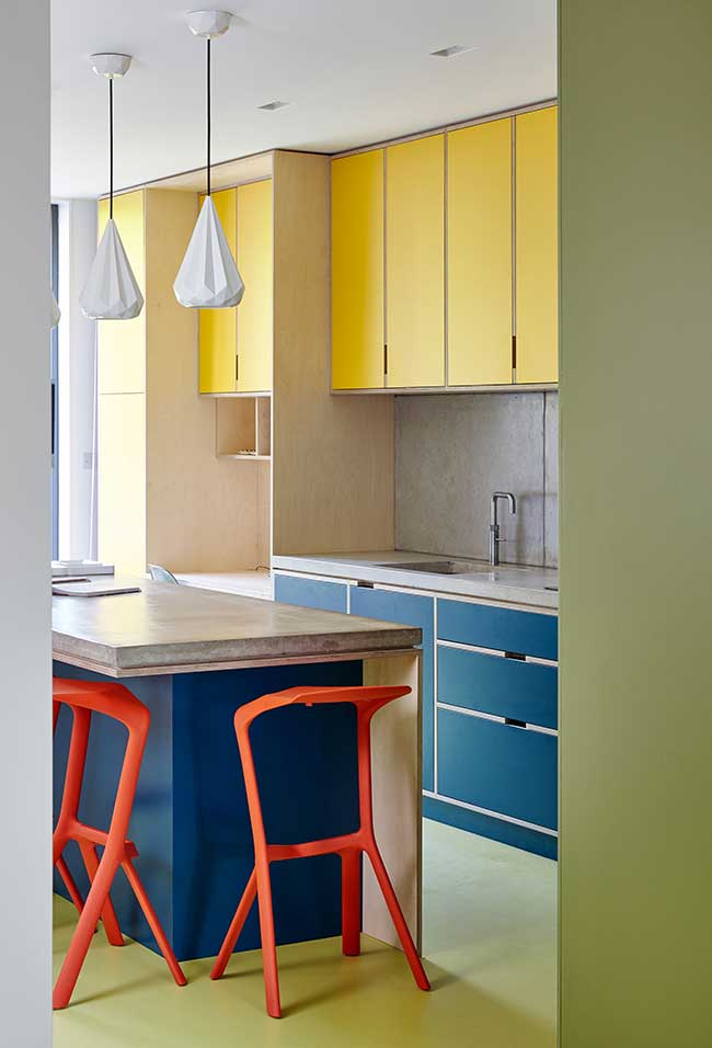 Amarelo, azul, vermelho e verde em um projeto de cozinha moderna super divertido e funcional