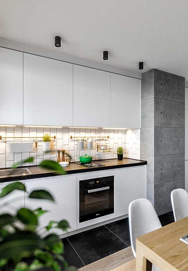 Mais uma ideia de cozinha com luzes direcionadas à bancada de trabalho