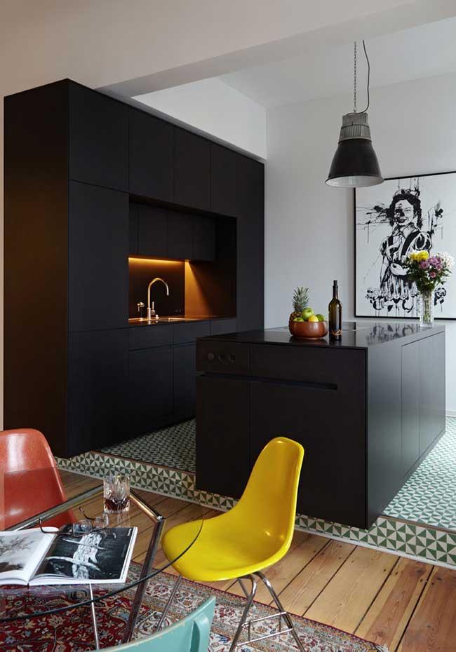 Cozinha moderna em ambiente integrado em preto fosco