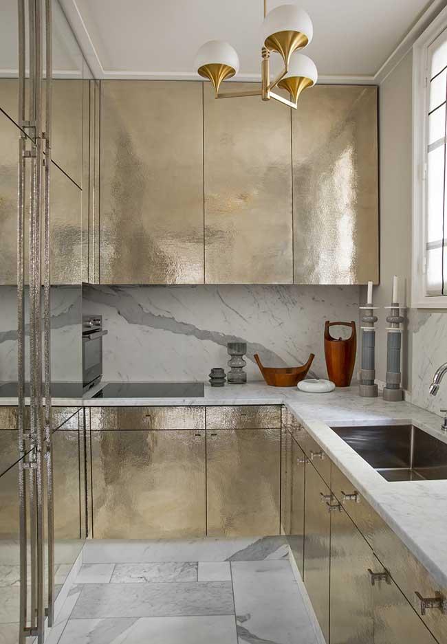 Outra ideia em dourado para uma cozinha moderna super sofisticada