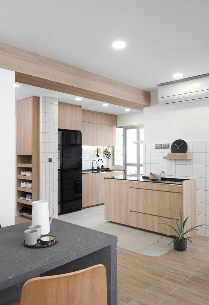 Cozinha pequena: o branco não é a única cor que propaga luz, em geral as cores claras trazem unidade para o espaço e espalham bem a iluminação
