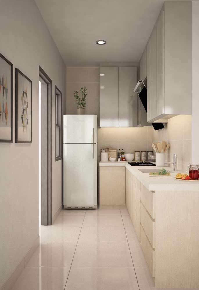 Nas cozinhas corredor, se você tem muitos utensílios, aposte em armários suspensos que vão até o teto