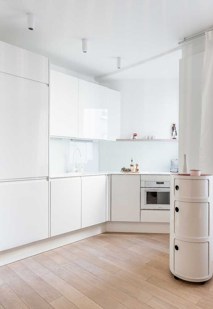 Outra solução para sua cozinha pequena é avançar com os armários planejados em outro ambiente da casa