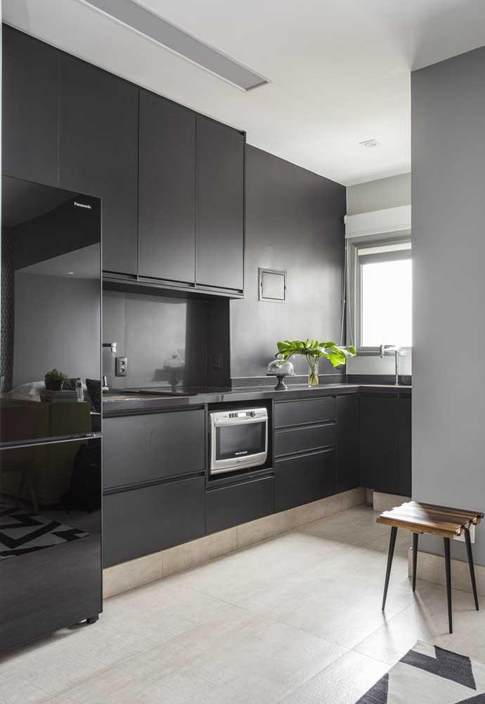 No caso do uso do preto, prefira os acabamentos opacos, que absorvem bem a iluminação natural