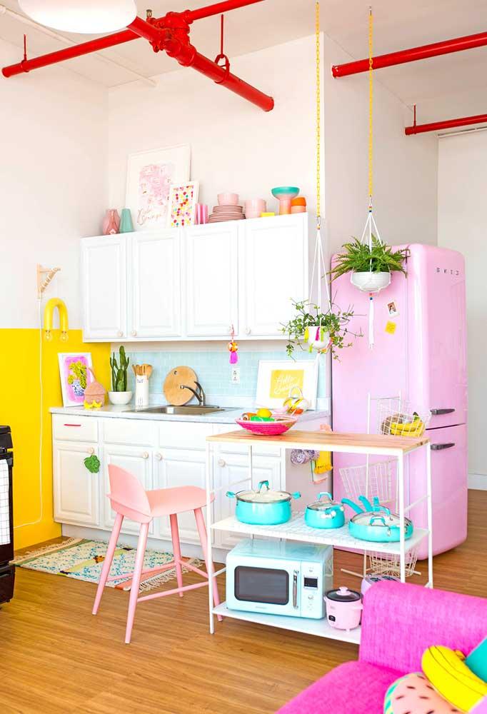 Para apartamentos pequenos as bancadas móveis, com ou sem rodinhas, são ótimas para adaptar o ambiente às suas necessidades específicas