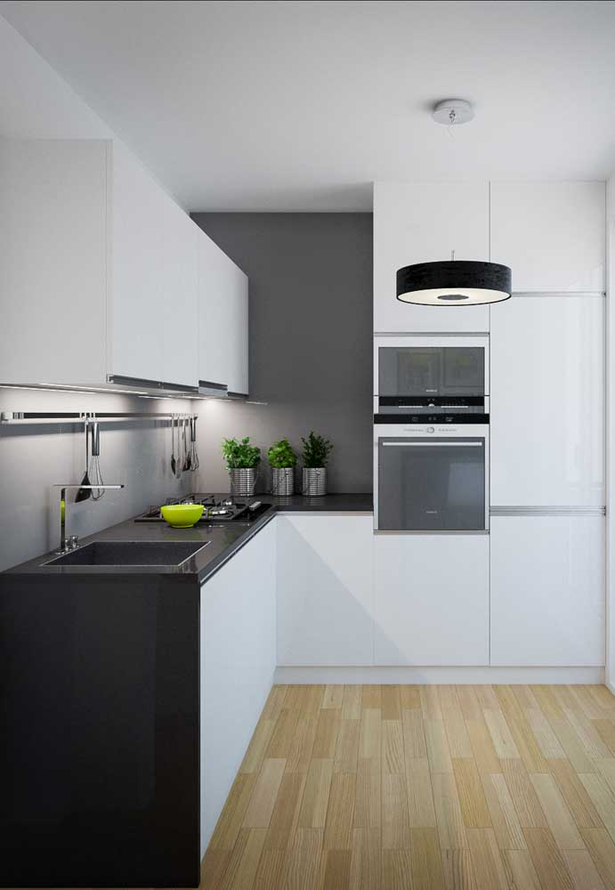 Em áreas escuras da cozinha pequena, como bancadas onde a luz natural ou central não ilumina, aposte em spots ou em fitas de LED
