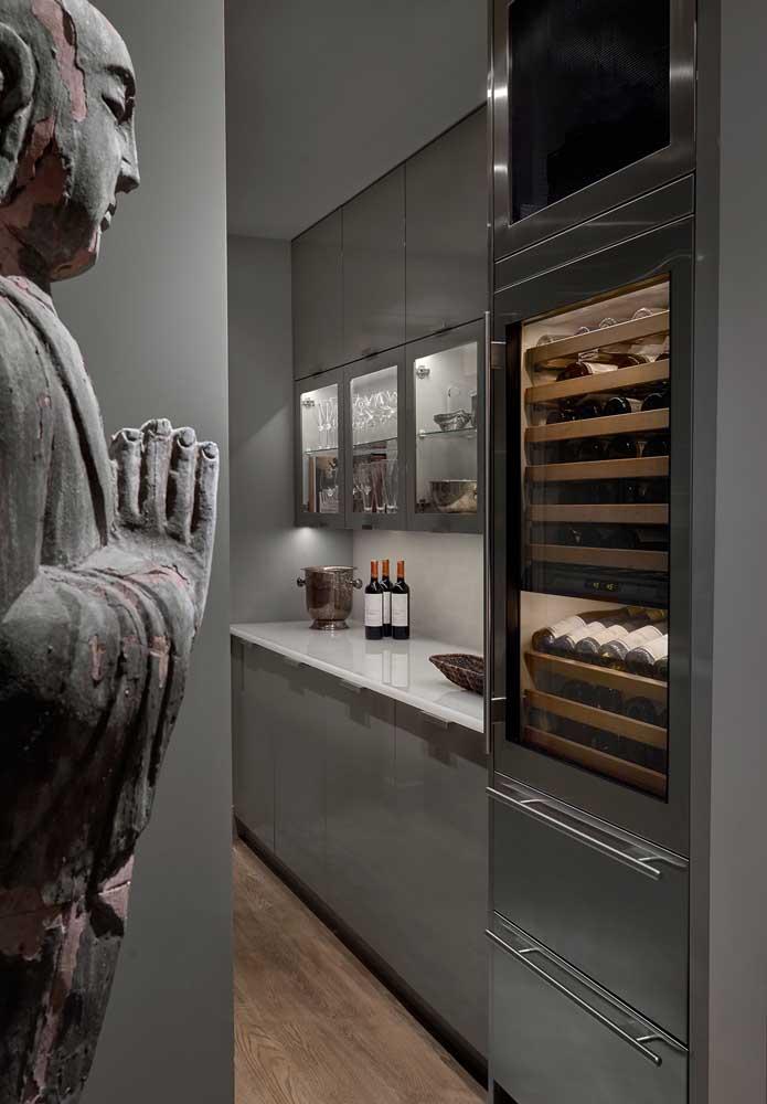 Um ambiente mais escuro em cinza nesta cozinha pequena super refinada