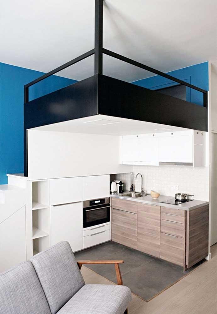 E na ideia de apartamentos pequenos, esse aqui tem uma solução criativa para dar mais espaço para a cozinha pequena sem perder o ambiente do quarto