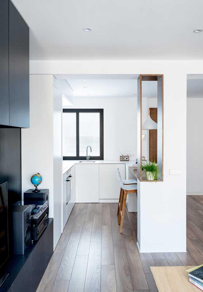 Se você possui um piso mais escuro, procure dar preferência para os tons claros nas paredes da cozinha