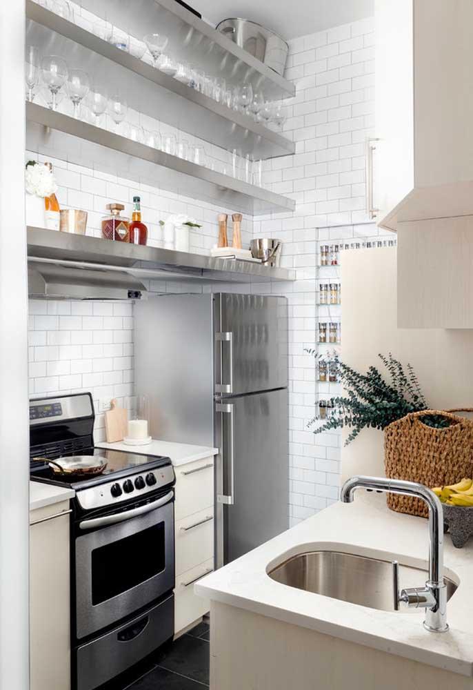 Outra tendência contemporânea é a substituição dos armários pelas prateleiras