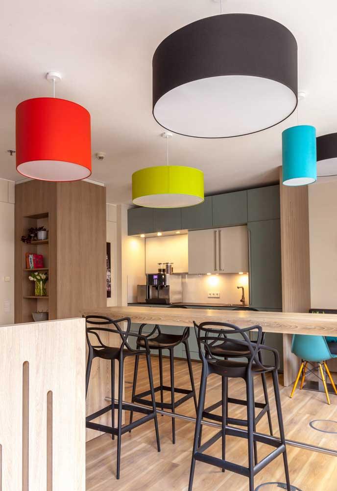 E em ambientes de cozinha onde a iluminação natural não toca, espalhe spots de luz e crie uma iluminação bem espalhada