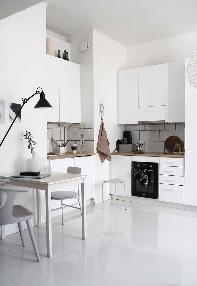 Em cozinhas pequenas, outro ponto importante é a circulação e a disposição do ambiente
