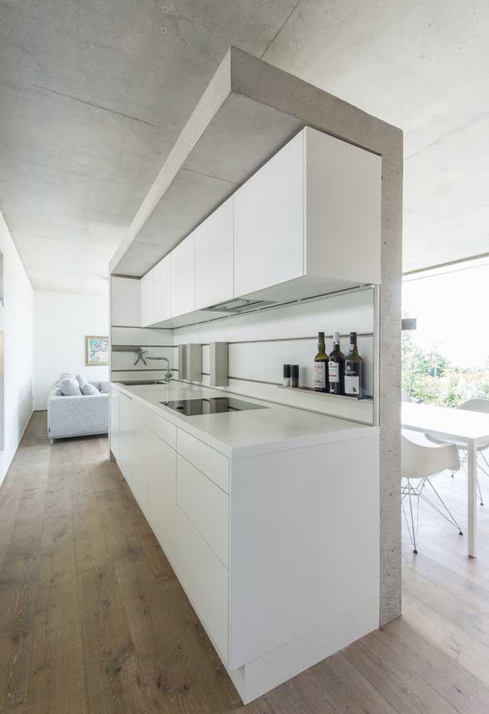 Uma ideia para ambientes conjugados, crie uma divisão entre ambientes mantendo a cozinha como uma barreira, como neste exemplo