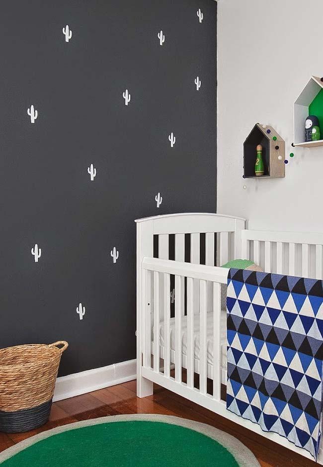 Decoração de quarto de bebê com parede escura estampada