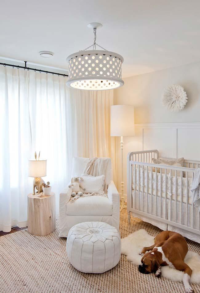 Os tons pastéis e o branco são ótimos para dar um clima tranquilo e neutro para o quarto do bebê