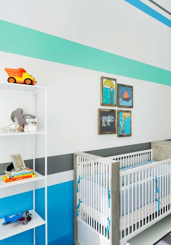 Decoração de quarto de bebê com parede listrada e colorida