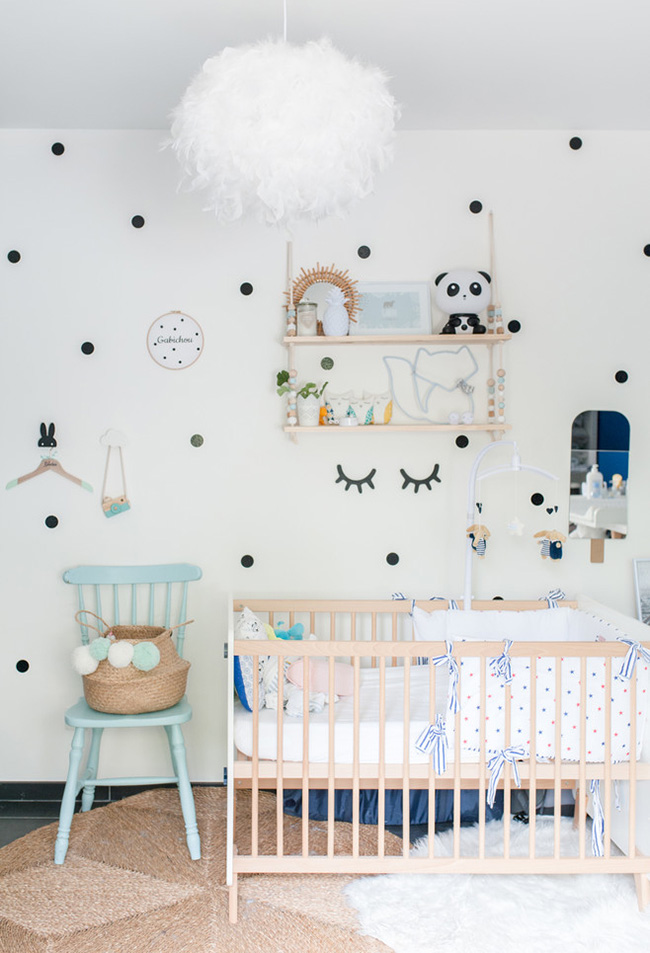 Uma decoração super fofa para a parede com pontos de adesivo ou pintados com um estêncil