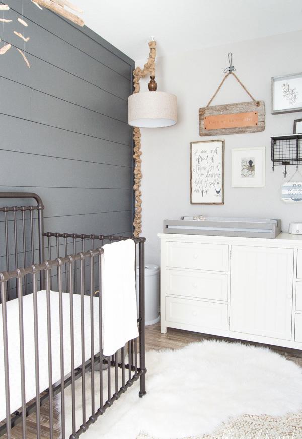 Mas para quem prefere algo mais básico e rústico: uma decoração de quarto de bebê em madeira, cinza e branco