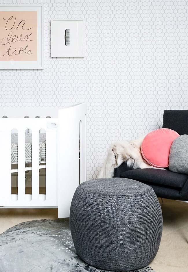 Se você tiver mais espaço, uma poltrona de amamentação com puff é mais confortável para os momentos mais íntimos entre mamãe e bebê