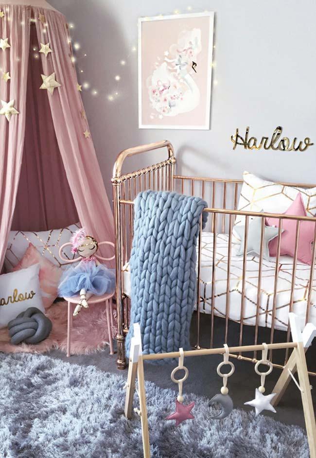 Para estimular o bebê explorar o quarto, crie cantinhos confortáveis no chão
