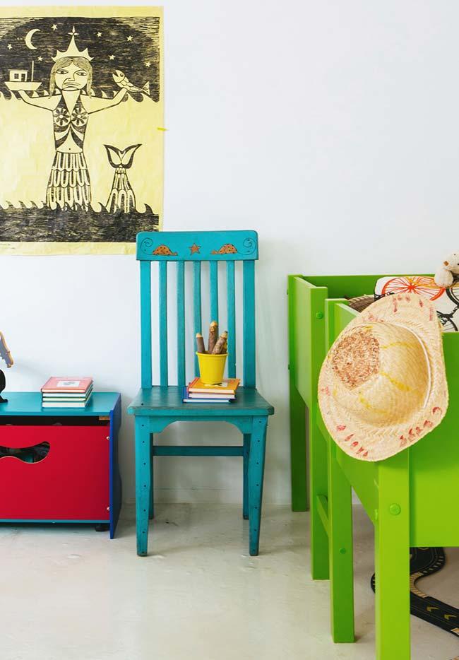 Outra forma de dar personalidade para o quarto simples é investir em móveis coloridos