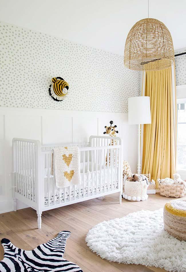 Branco e amarelo neste quarto de bebê super confortável e cheio de bichinhos