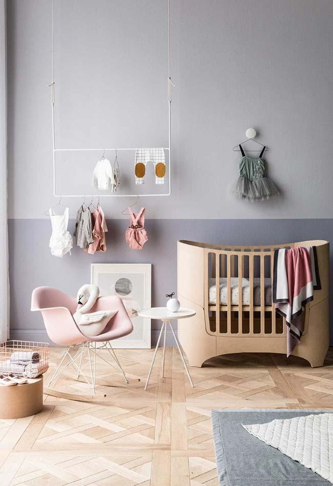 Suspenda a arara para ganhar ainda mais espaço útil no chão, como neste exemplo de quarto de bebê