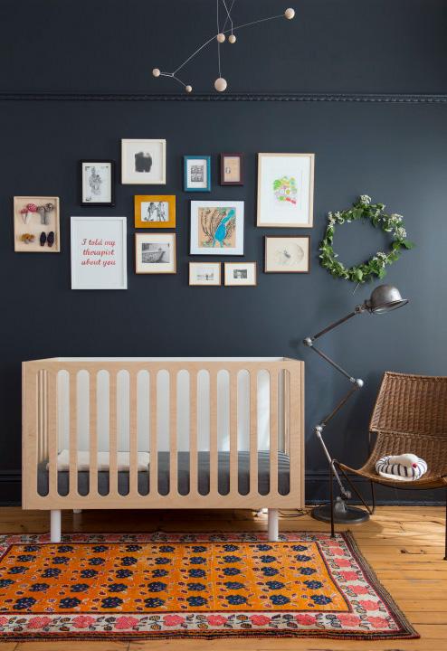 Cuidado ao utilizar cores escura para as paredes! Para trazer mais luz ao ambiente e deixá-lo confortável, explore pontos claros com quadrinhos na parede