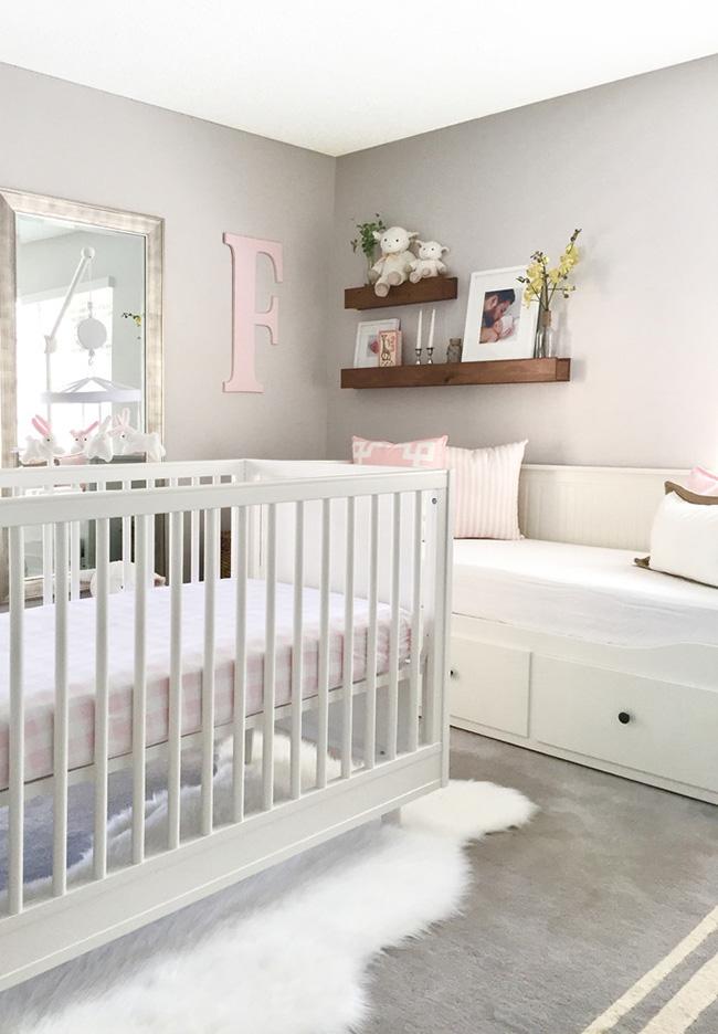 Uma decoração de quarto de bebê mais tradicional e neutra com o cinza